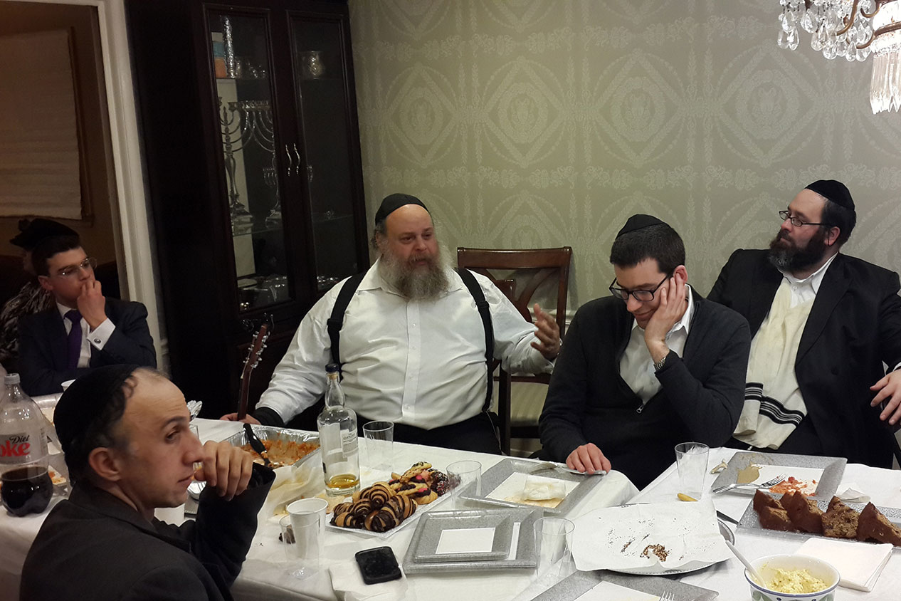R' Shmuel Simenowitz addressing the Talmidim