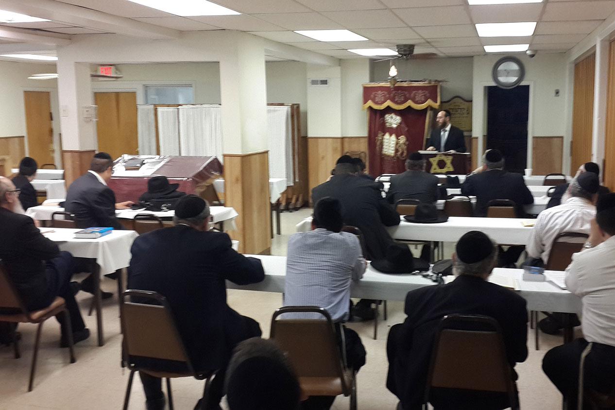 Rav Ostroff giving shiur in Baltimore