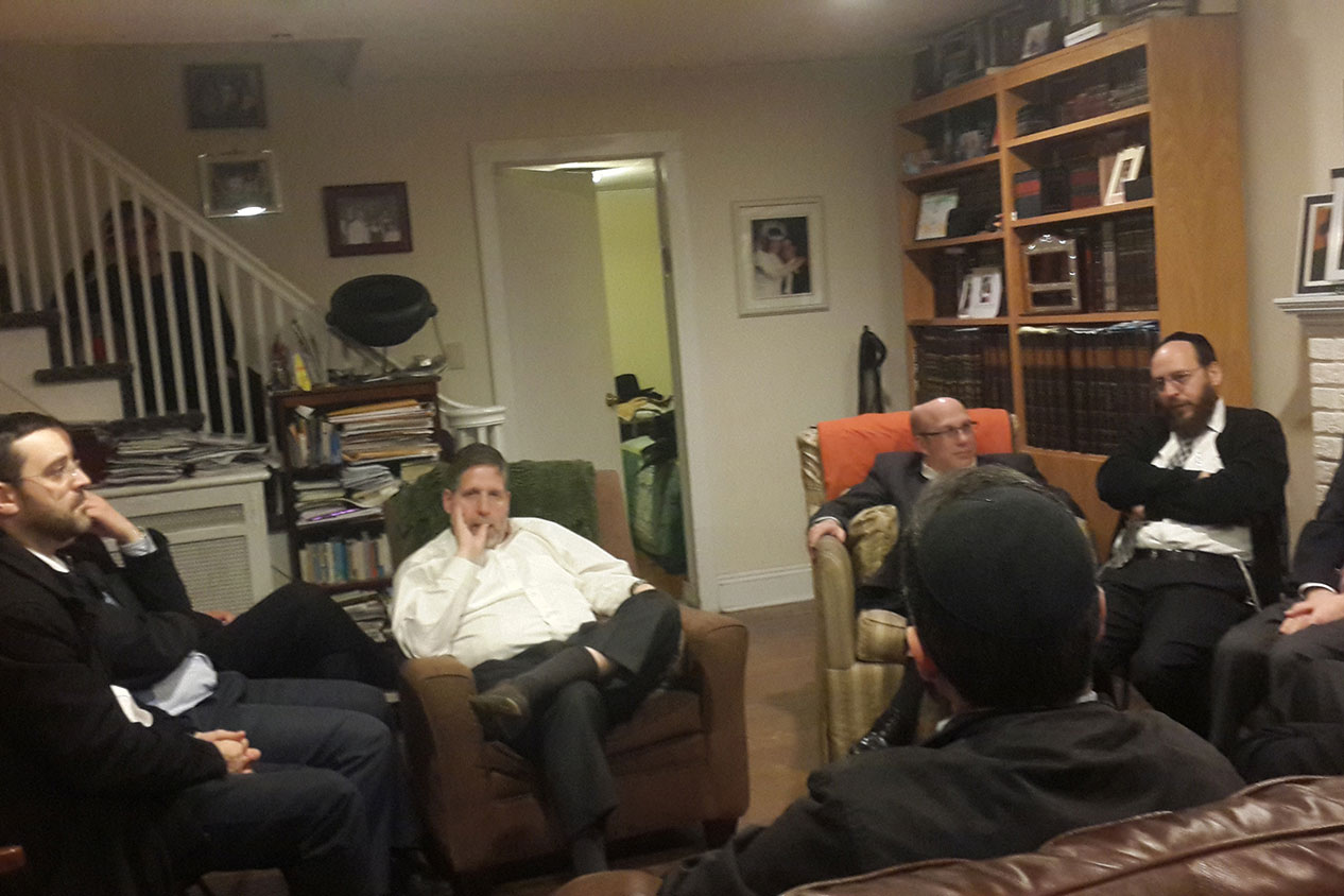Rav Ostroff addressing group in Teaneck