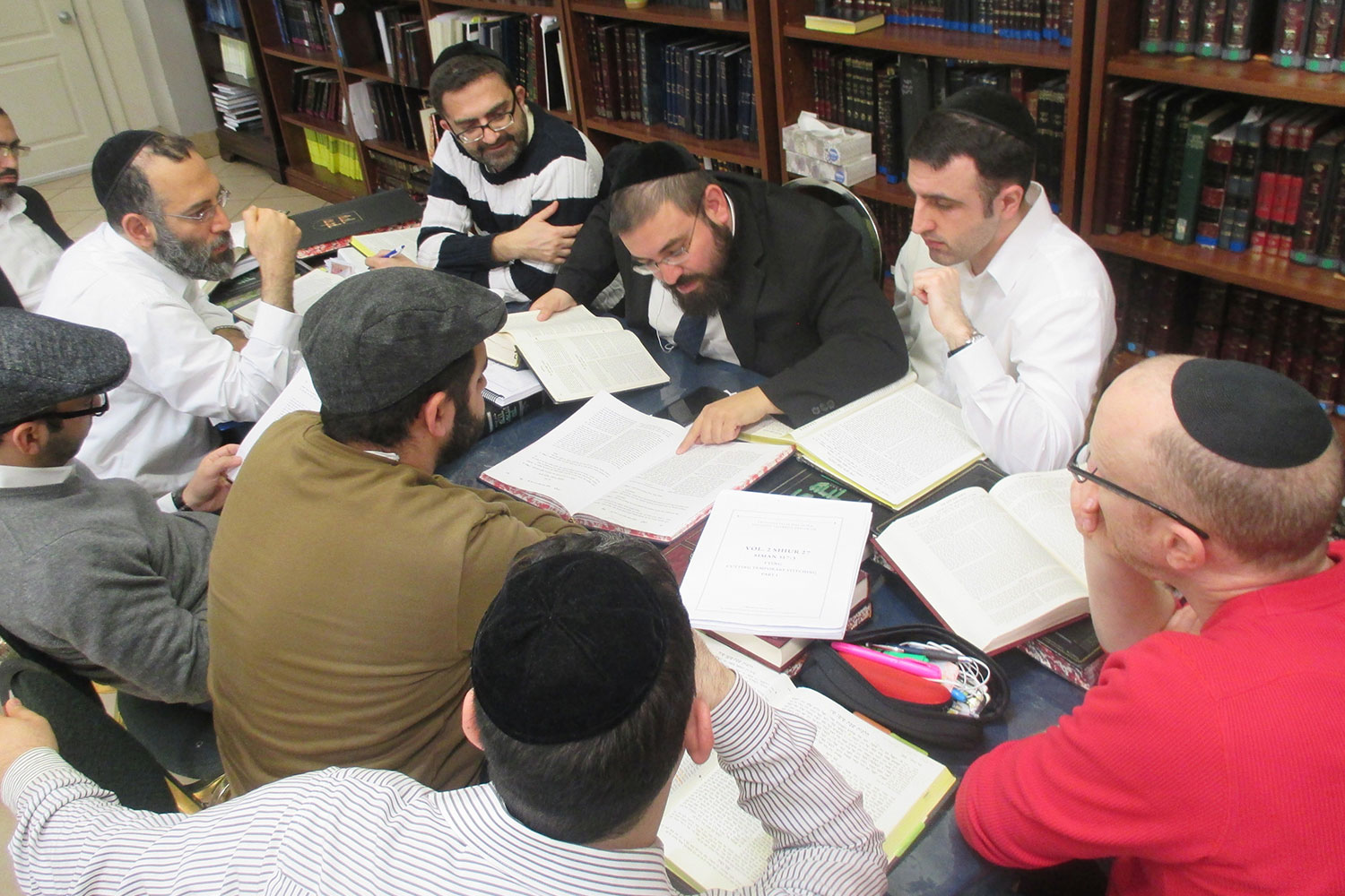 Rosh Chabura Rabbi Lebhar giving shiur